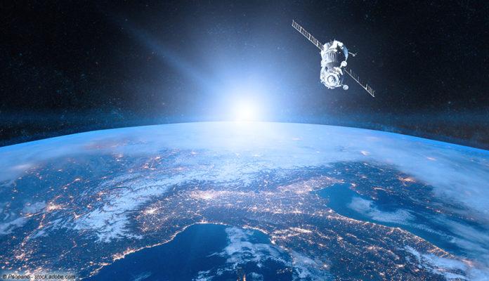Weltraum, Satellit, Erde; © Paopano - stock.adobe.com