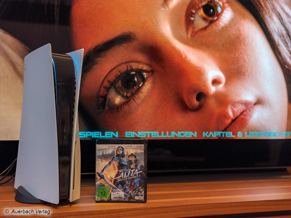 Legen Sie eine Disc ein, sollte die bedruckte Seite immer in Richtung der PS5-Logos schauen. Sony kapselt das UHD-Blu-ray-Laufwerk effektiv ab, weshalb Vibrationen gut unterdrückt werden. 4K-Discs rotieren dennoch hörbar lauter im Laufwerk als Standard-BD-Scheiben