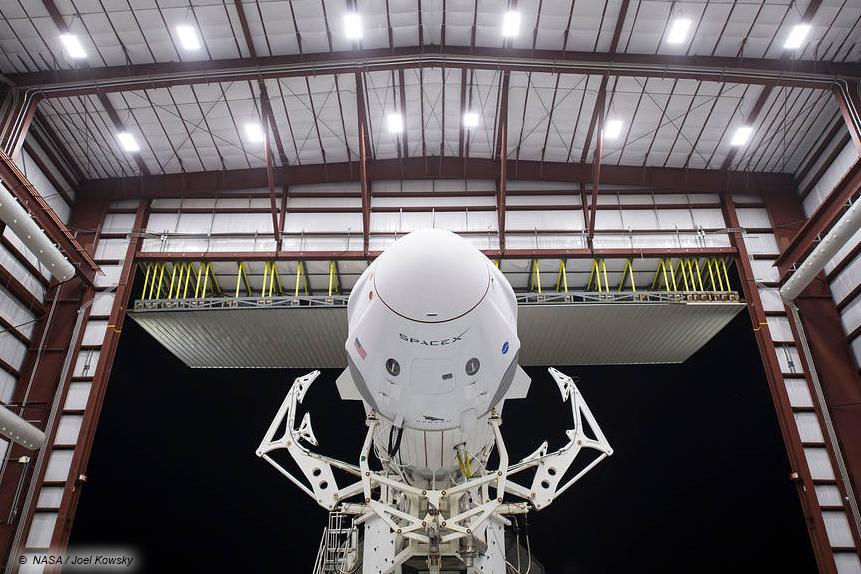 """Das SpaceX-Raumschiff """"Crew Dragon"""" aus der Nähe betrachtet im Hangar der NASA in Cape Canaveral."""