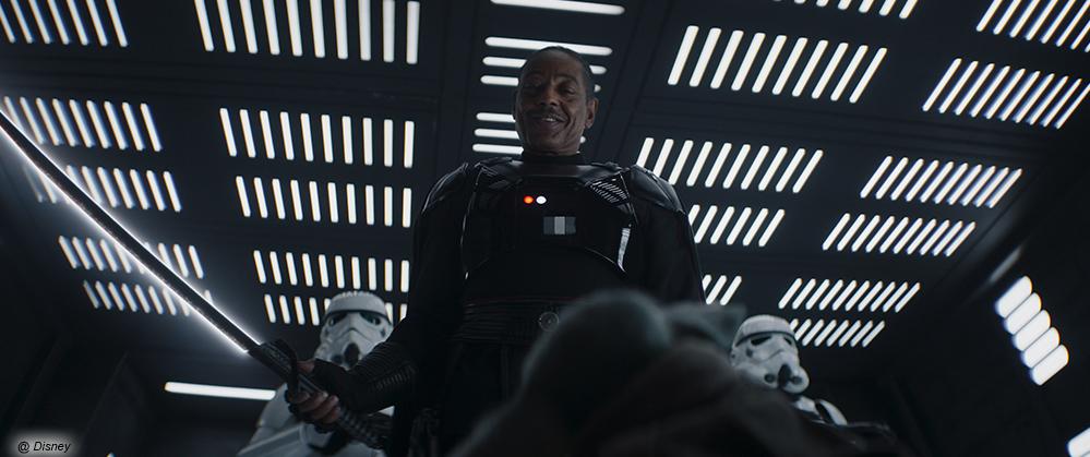 """Moff Gideon mit dem Darksaber und Baby-Yoda Grogu in """"The Mandalorian"""""""