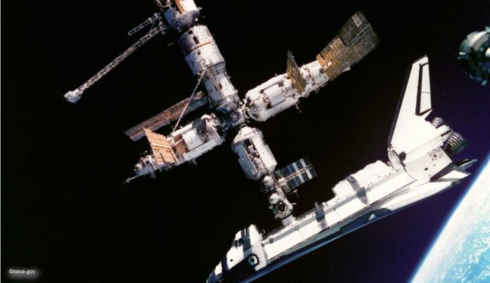 Spaceshuttle Atlantis Raumstation Mir