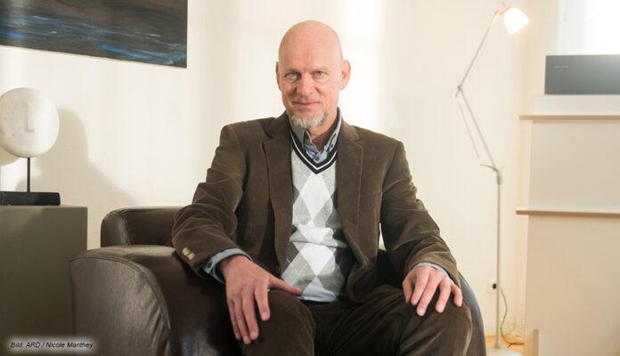 Rüdiger Hoffmann als exzentrischer Psychotherapeut in