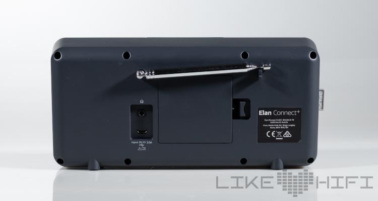 Zweifelos sehr praktisch: Im Batteriefach befinden sich vier herkömmliche AA-Batteren, die schnell tauschbar sind. Natürlich lassen sich auch Akkus nutzen.