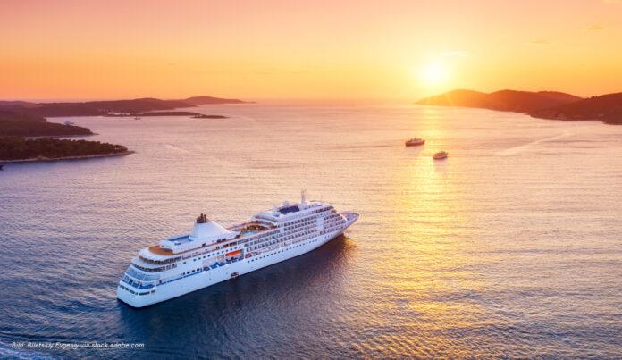 kreuzfahrt schiff sonnenuntergang - Bild: Biletskiy Evgeniy via stock.adobe.com
