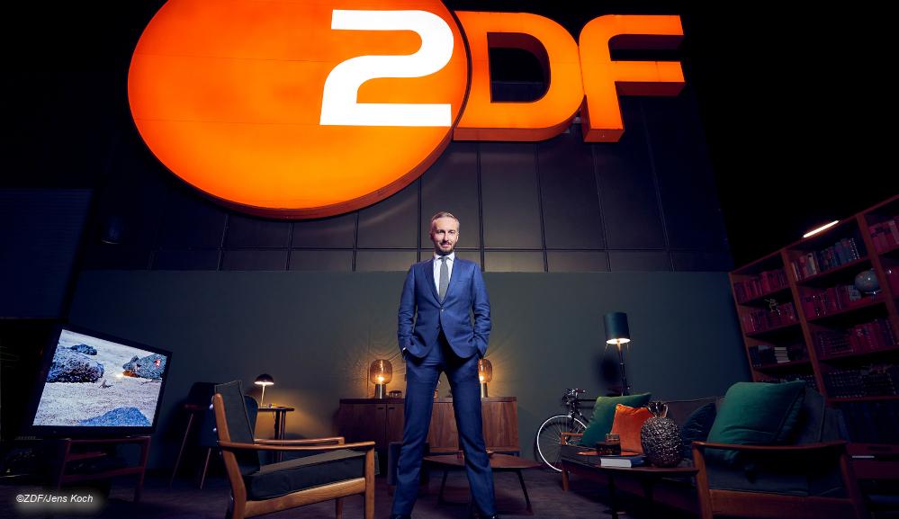 Jan Böhmermann in Kulisse vor ZDF Logo © ZDF/Jens Koch