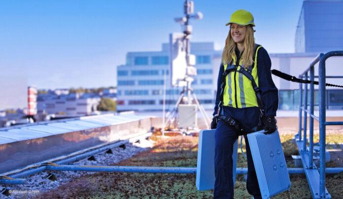 Ericsson Mitarbeiterin auf Dach mit 5G-Antenne. Bildrechte: Ericsson GmbH