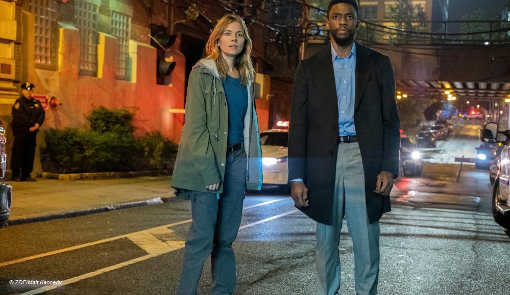 """Sienna Miller und Chadwick Boseman in """"21 Bridges"""" © ZDF/Matt Kennedy"""
